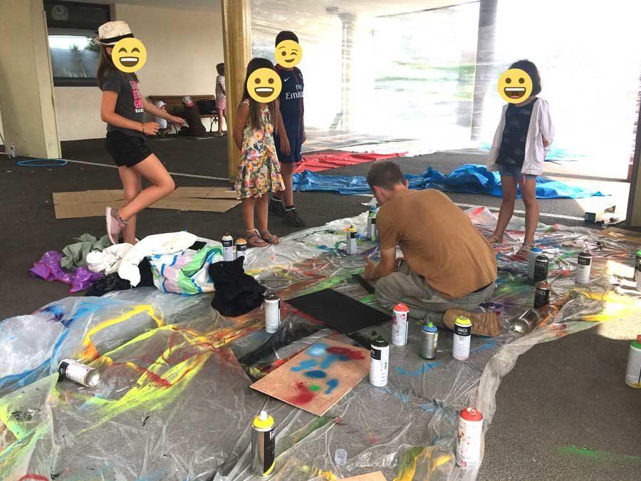 Atelier Graffiti au centre de loisirs de Nangy, création de planches et réalisation d'une fresque sur mur éphémère.