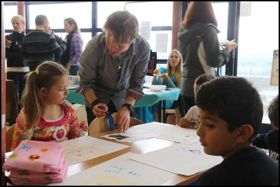 Ateliers dessins dans une kermesse scolaire à Contamines.