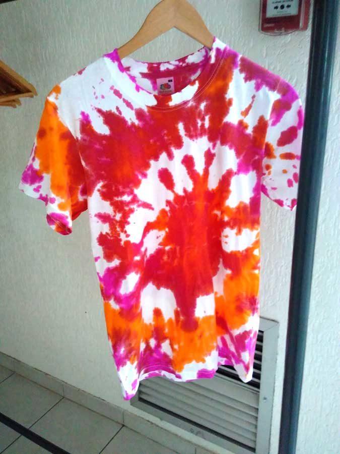 Activité création de T-shirts en peinture en activité périscolaire.