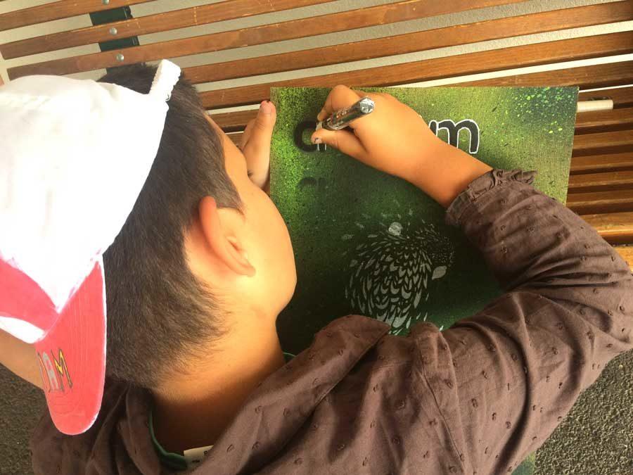 Ateliers création de planches personnalisées en centre de loisirs.
